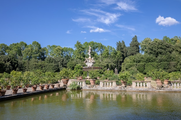 Florencja, włochy - 26 czerwca 2018: panoramiczny widok na ogrody boboli (giardino di boboli) to park we florencji, włochy, w którym znajduje się kolekcja rzeźb i niektórych rzymskich zabytków