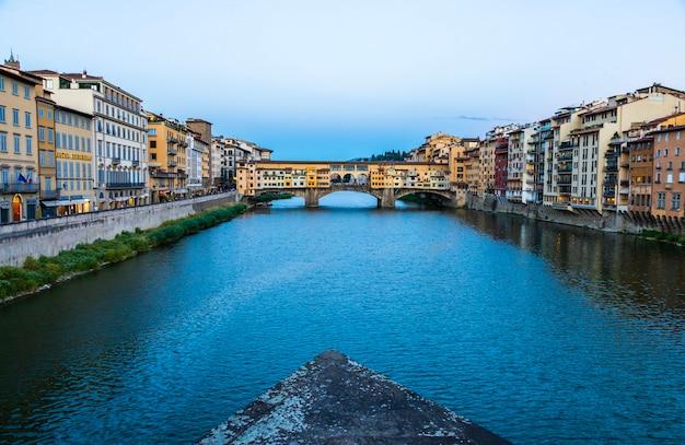 Florencja, włochy - około czerwca 2021: zachód słońca na ponte vecchio - stary most. niesamowite niebieskie światło przed wieczorem.