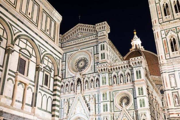 Florencja, włochy - około sierpnia 2021: florencja nocą. podświetlona architektura fasady słynnej katedry.