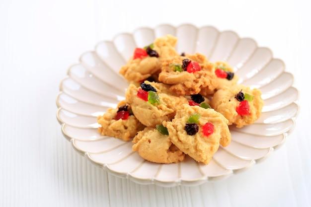 Florenckie ciasteczka dla ied fitr. pojedynczo na białym talerzu, białe tło. florentine kue kering popularny w indonezji podawany podczas lebaran