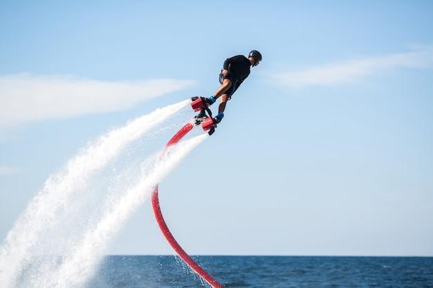 Fly jeźdźca deski w oceanie