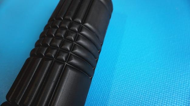 Foam roller gym fitness equipment niebieskie tło samoczynnie rozluźnianie mięśniowo-powięziowe - mfr.