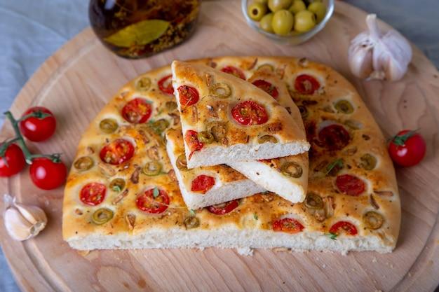 Focaccia z pomidorami i oliwkami.
