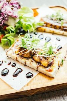 Foie gras na wierzchu chleba z sosem