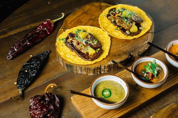 Foie gras tacos serwowane na drewnianej desce do krojenia