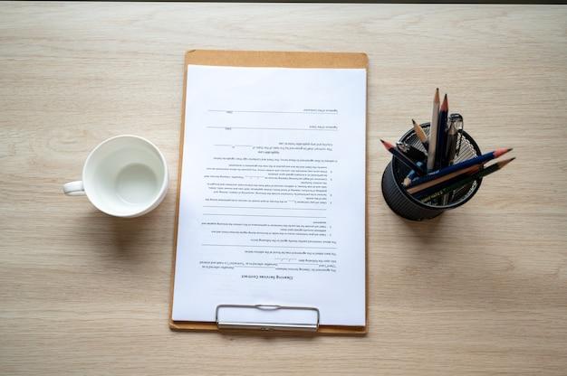 Folder z plikami dokumentów umieszczony na biurku firmy w biurze firmy