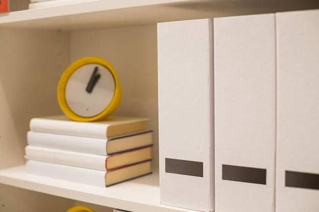Foldery biurowe z książkami.