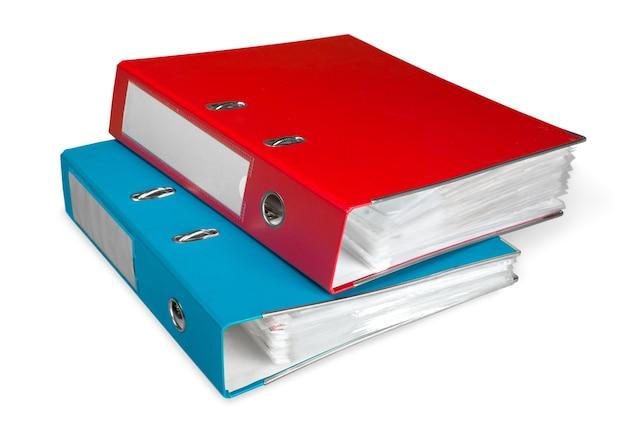 Foldery plików z dokumentami na białym tle