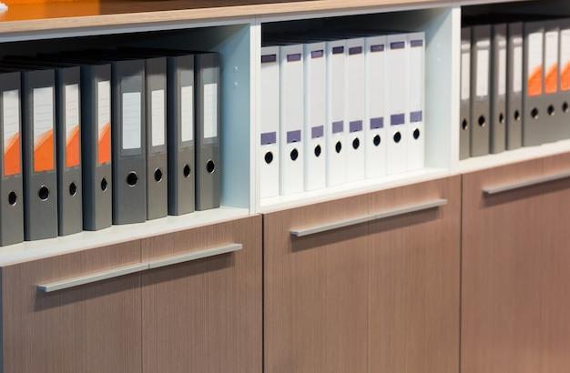 Foldery z dokumentami w rzędzie