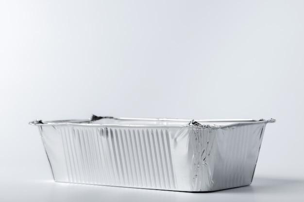 Foliowy jedzenia pudełko z wynos posiłkiem na bielu
