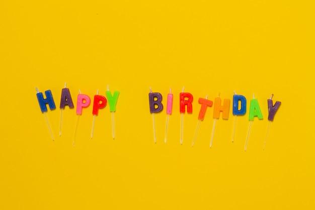 Fondo amarillo con confeti y las letras