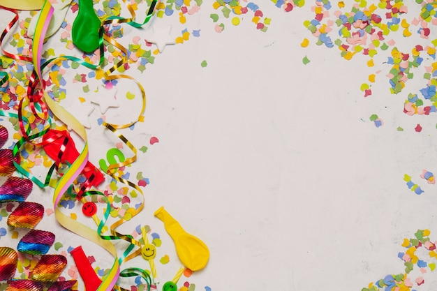 Fondo blanco con decoración de fiesta y una estrella roja