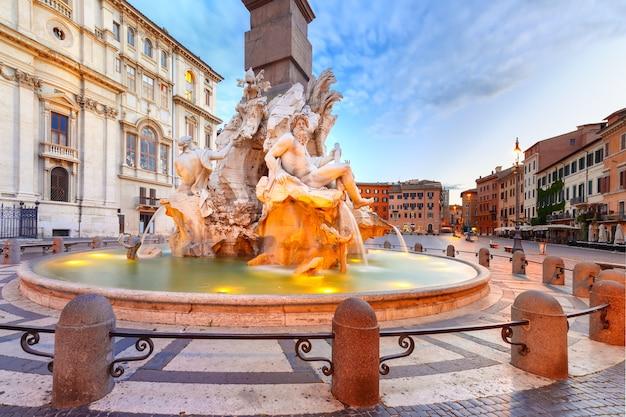 Fontanna czterech rzek na słynnym placu piazza navona w godzinach porannych niebieski, rzym, włochy.