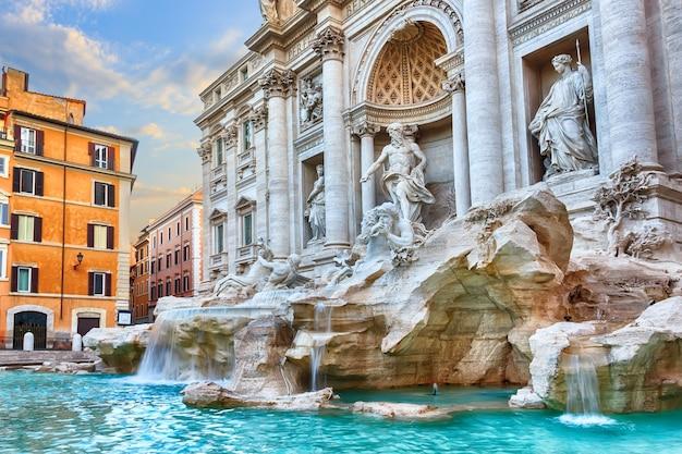 Fontanna di trevi w rzymie, widok rano, bez ludzi