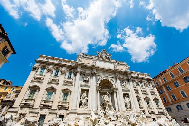 Fontanna di trevi w rzymie, włochy. fontanna di trevi to fontanna w dzielnicy trevi w rzymie we włoszech, zaprojektowana przez włoskiego architekta nicola salvi i ukończona przez pietro bracciego w 1762 roku.