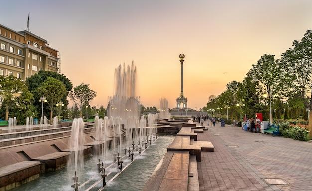 Fontanna i pomnik niepodległości w duszanbe, stolicy tadżykistanu. azja centralna