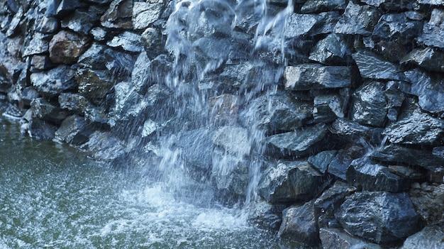 Fontanna jako sztuczny wodospad płynący wzdłuż kamieni rock północnej kaukaski.