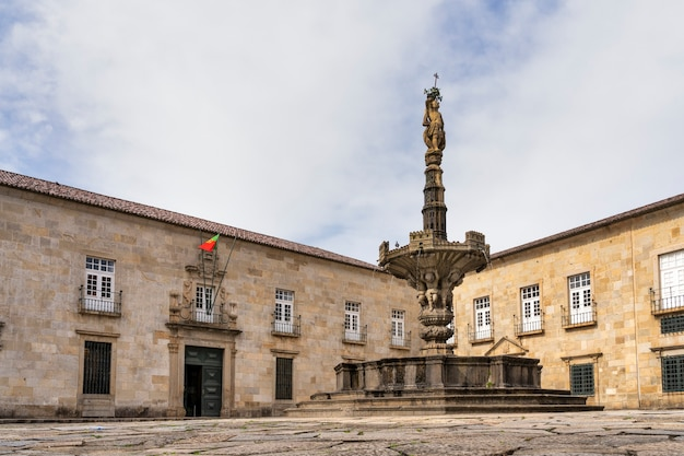 Fontanna pałacu arcybiskupów diecezji braga, portugalia.