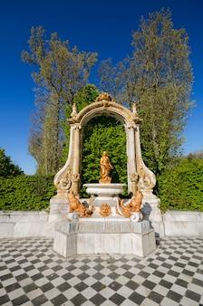Fontanna przy pałac ogródami przy la granja de san ildefonso, segovia, hiszpania.