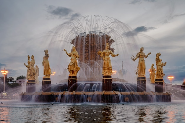 Fontanna przyjaźni narodów o zachodzie słońca. jeden z głównych symboli czasów sowieckich. szesnaście kobiecych posągów fontanny reprezentuje 16 republik radzieckich. moskwa. rosja.