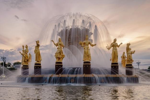 Fontanna przyjaźni narodów o zachodzie słońca jeden z głównych symboli epoki sowieckiej szesnaście kobiecych posągów fontanny reprezentuje republiki radzieckie moskwa rosja