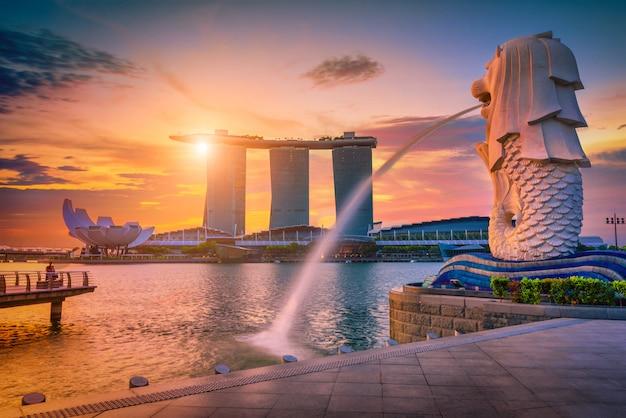 Fontanna statua merlion w merlion park i panoramę miasta singapur. jedna z najbardziej znanych atrakcji turystycznych w singapurze.
