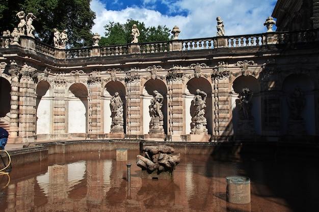 Fontanna w pałacu zwinger w dreźnie, saksonia