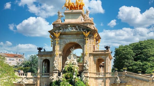 Fontanna w parku de la ciutadella w barcelonie w hiszpanii