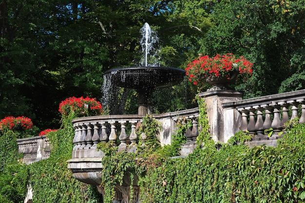 Fontanna w parku pałacowym w poczdamie w niemczech