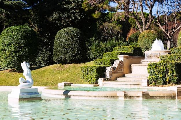 Fontanna w parku pałacu królewskiego pedralbes