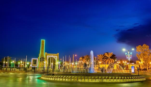 Fontanna w touggourt nocą - prowincja ouargla, algieria