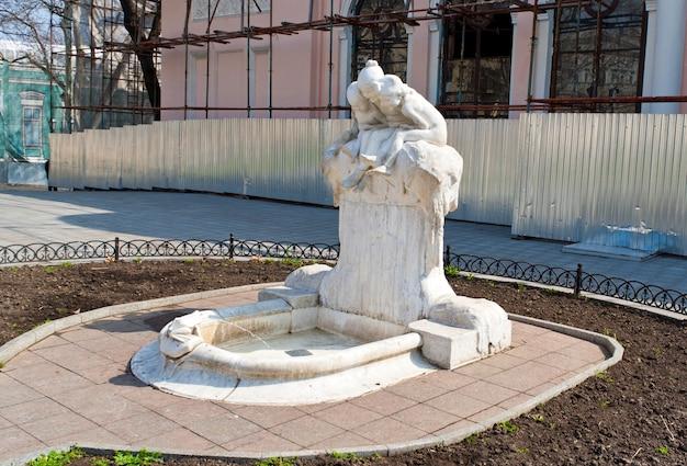 Fontanna z rzeźbami w odessie na ukrainie