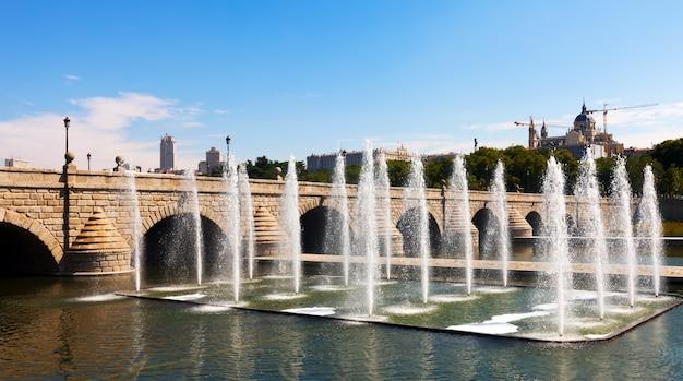Fontanny i most nad rzeką manzanares