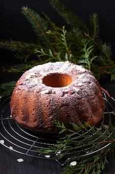 Food concept domowe ciasto drożdżowe gugelhupf, guglhupf, kugelhopf, kouglof bundt z europy środkowej na czarnym tle