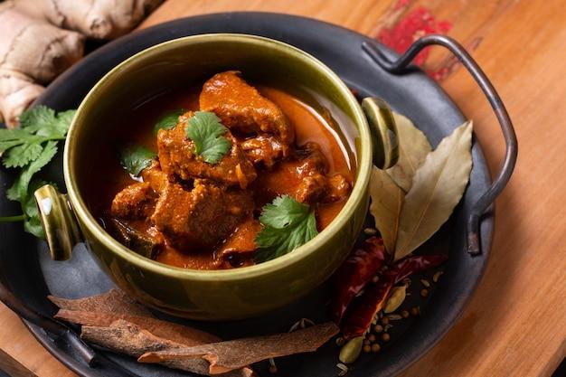 Food concept domowe curry z wołowiną i przyprawami masala