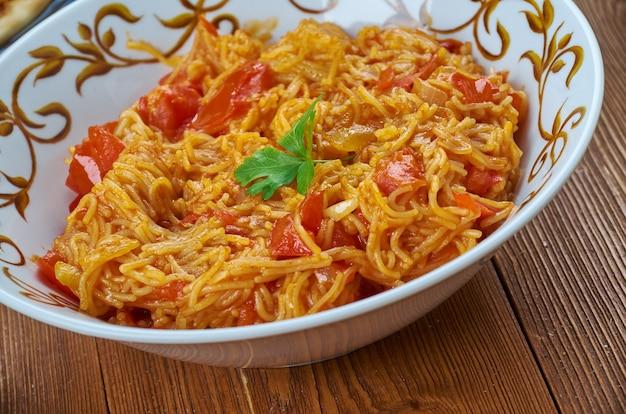 Foosev tameta nu shaak , d set danie z południowych indii, słodko-kwaśne pomidorowe curry w stylu gudżarati przygotowane z pomidorem, sev, cebulą i innymi indyjskimi przyprawami curry