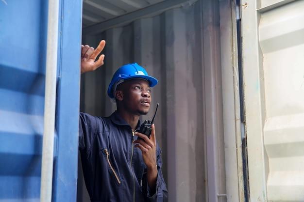 Foreman control loading skrzynia kontenerów ze statku towarowego cargo do importu i eksportu