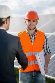 Foreman drżenie ręki do klienta biznesowego.
