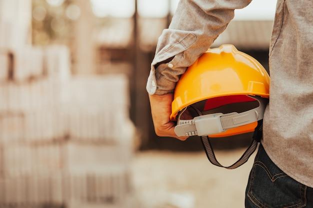 Foreman sprawdza porządek budynku