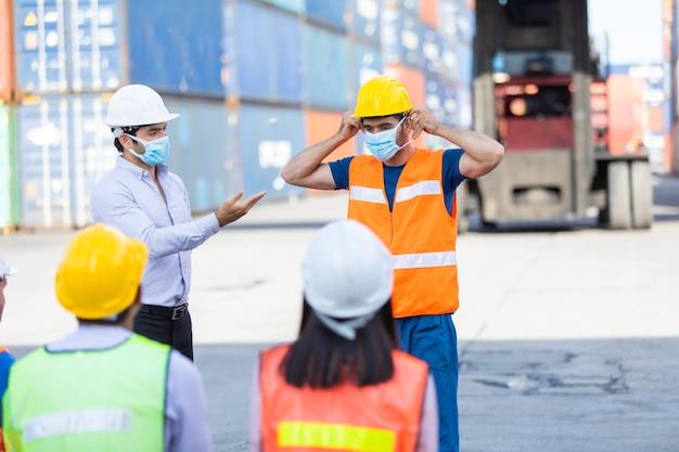 Foreman uczy i szkoli pracowników, jak nosić maseczki na twarz i dbać o siebie podczas rozprzestrzeniania się koronawirusa.