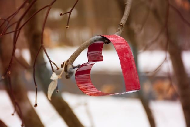 Foremka do ciastek w kształcie serca na drzewie z zimowym śniegiem w tle selektywna ostrość wysokiej jakości zdjęcie