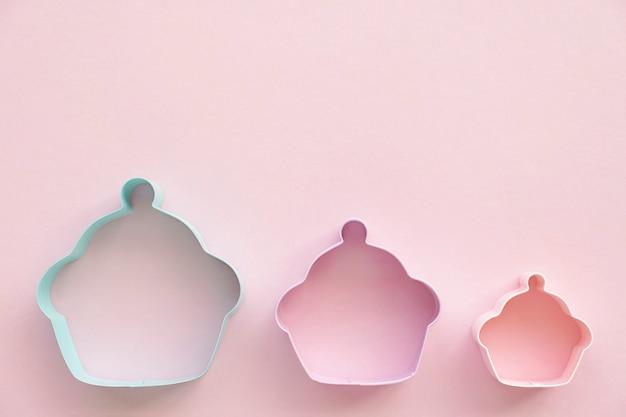 Foremki do ciastek na różowym tle, płaskie świeckich