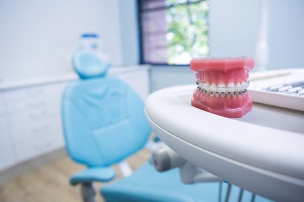 Forma dentystyczna na stole przy krześle