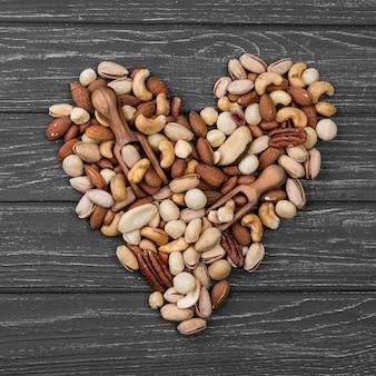 Forma w kształcie serca wykonana z orzechów
