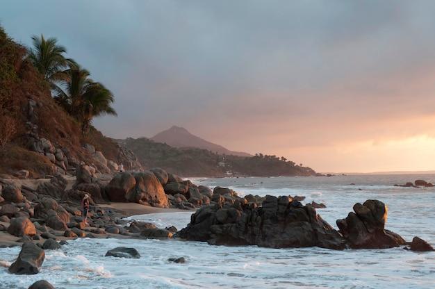 Formacja skalna na wybrzeżu, sayulita, nayarit, meksyk
