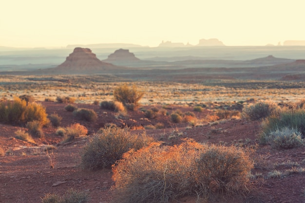 Formacja skalna valley of the gods z monument valley o wschodzie słońca