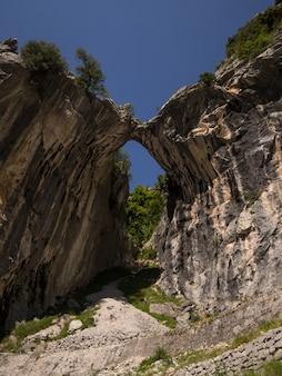 Formacja skalna w górach naturalnego mostu