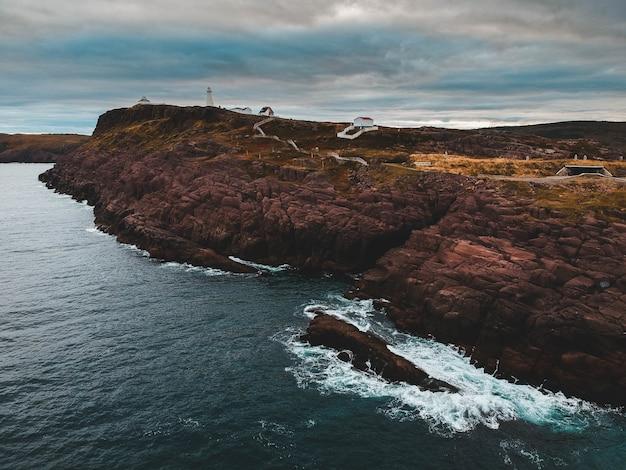 Formacja skalna w pobliżu wody