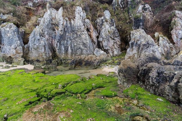 Formacje geologiczne na wybrzeżu w pobliżu cue. asturia hiszpania.