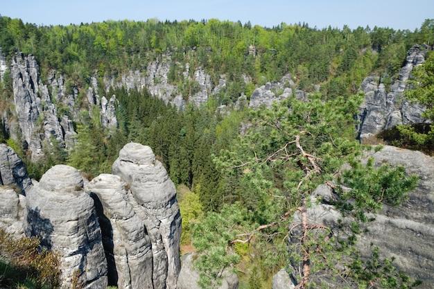 Formacje skalne bastei w parku narodowym szwajcarii saksońskiej w niemczech